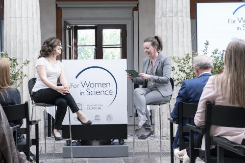 Julie Søgaard interviewer Kirsten Marie Ørnsbjerg Jensen under L'oréal-Unesco Women in Science Awards på Carlsberg Akademi. Foto: L'oréal